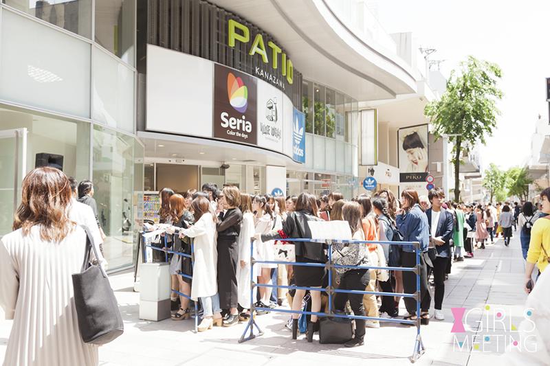 開場の13時前から大勢のガールズが本会場の金沢パティオに集まり、長い行列ができた。